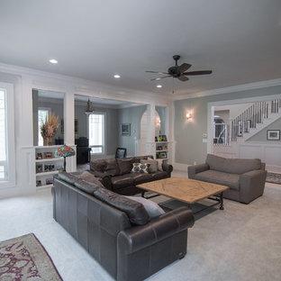 Inredning av ett klassiskt stort allrum med öppen planlösning, med ett finrum, grå väggar, heltäckningsmatta, en hängande öppen spis, en väggmonterad TV och grönt golv