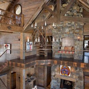 Idee per un ampio soggiorno rustico aperto con sala formale, pavimento in ardesia, camino classico, cornice del camino in pietra e pavimento multicolore