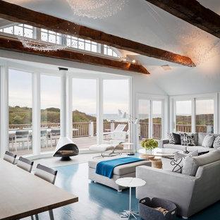 Großes, Offenes, Repräsentatives, Fernseherloses Maritimes Wohnzimmer mit weißer Wandfarbe, Hängekamin, gebeiztem Holzboden, Kaminumrandung aus Metall und blauem Boden in New York