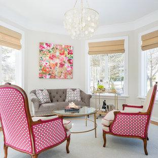 Свежая идея для дизайна: гостиная комната в стиле современная классика с желтыми стенами - отличное фото интерьера