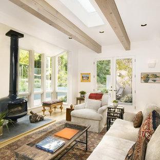 Offenes, Mittelgroßes Klassisches Wohnzimmer mit weißer Wandfarbe, Kaminofen und hellem Holzboden in Santa Barbara