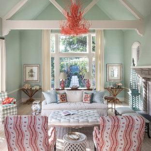 Immagine di un soggiorno stile marino con sala formale, camino classico e pareti verdi