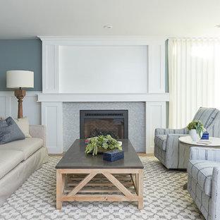 Inspiration för maritima vardagsrum, med blå väggar, mellanmörkt trägolv, en standard öppen spis och brunt golv