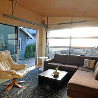 Diseño de salón cerrado, minimalista, pequeño, con paredes amarillas, suelo de cemento y suelo amarillo
