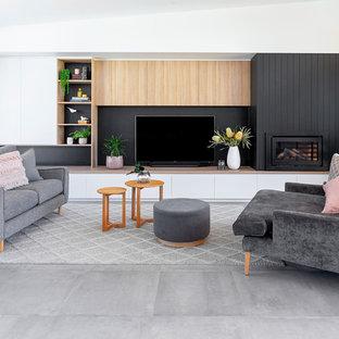 Idéer för stora funkis allrum med öppen planlösning, med vita väggar, klinkergolv i keramik, en spiselkrans i trä, en väggmonterad TV, grått golv, ett finrum och en standard öppen spis