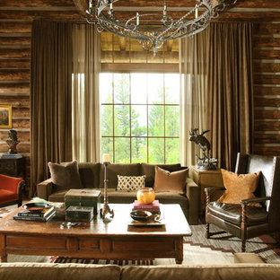 Bild på ett rustikt vardagsrum, med bruna väggar
