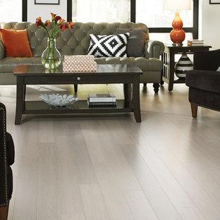 Esempio di un grande soggiorno minimal aperto con sala formale, pareti beige, pavimento in legno massello medio e pavimento grigio