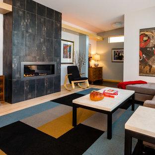 Immagine di un soggiorno etnico di medie dimensioni e chiuso con sala formale, pareti blu, parquet chiaro, camino lineare Ribbon, cornice del camino in metallo e nessuna TV