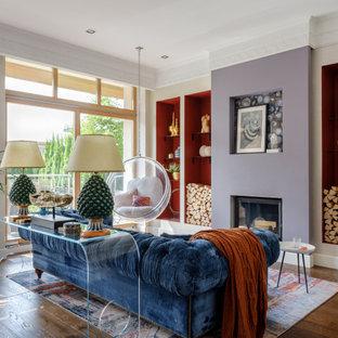 Стильный дизайн: открытая гостиная комната среднего размера в современном стиле с разноцветными стенами, темным паркетным полом, печью-буржуйкой, коричневым полом и обоями на стенах - последний тренд
