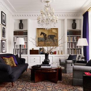 На фото: гостиная комната в классическом стиле с библиотекой, белыми стенами, ковровым покрытием и коричневым полом