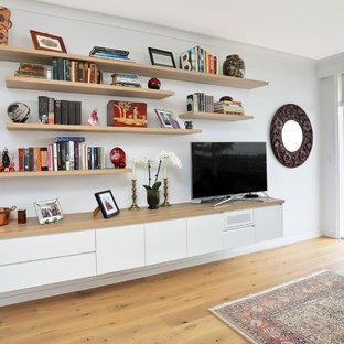 Inspiration pour un salon nordique de taille moyenne avec un mur blanc, un sol en bois clair, un téléviseur indépendant et un sol jaune.