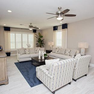 マイアミの中サイズのビーチスタイルのおしゃれなLDK (ベージュの壁、セラミックタイルの床、暖炉なし、ベージュの床) の写真