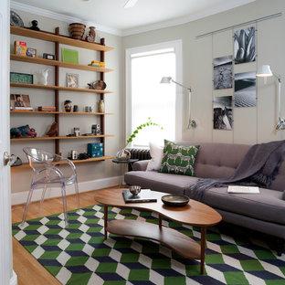 Modelo de salón cerrado, retro, pequeño, sin chimenea y televisor, con paredes beige, suelo de madera clara y suelo beige