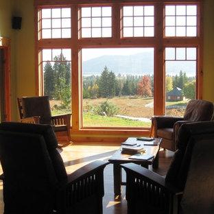 Imagen de salón abierto, de estilo americano, de tamaño medio, con suelo de madera oscura, estufa de leña y marco de chimenea de baldosas y/o azulejos