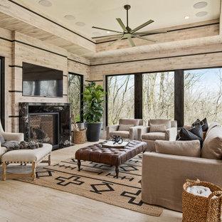 Idéer för funkis vardagsrum, med beige väggar, ljust trägolv, en standard öppen spis, en väggmonterad TV och beiget golv