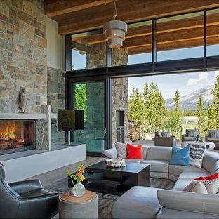Foto di un grande soggiorno minimalista con sala formale, parquet chiaro, camino classico, cornice del camino in pietra, TV autoportante e pavimento blu