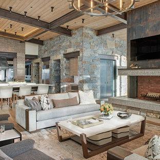 Esempio di un grande soggiorno moderno aperto con pavimento in legno massello medio, cornice del camino in pietra, TV a parete, sala formale, camino ad angolo e pavimento marrone