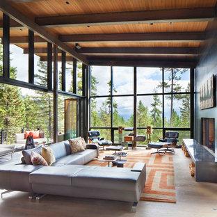 Großes, Fernseherloses, Offenes Rustikales Wohnzimmer mit schwarzer Wandfarbe, hellem Holzboden und Kaminumrandung aus Stein in Sonstige