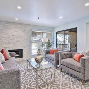 Exempel på ett klassiskt separat vardagsrum, med ett finrum, blå väggar, en bred öppen spis, en spiselkrans i sten och grått golv