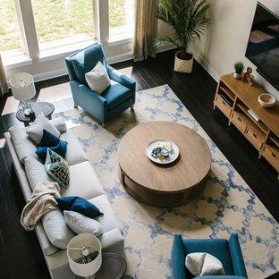 オースティンの中サイズのコンテンポラリースタイルのおしゃれなリビングロフト (フォーマル、ベージュの壁、濃色無垢フローリング、暖炉なし、壁掛け型テレビ、茶色い床) の写真