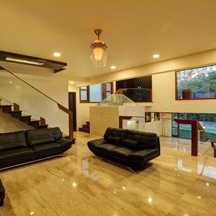 バンガロールのモダンスタイルのおしゃれな独立型リビング (フォーマル、ベージュの壁、大理石の床) の写真