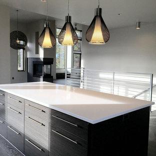 Idee per un soggiorno minimalista di medie dimensioni e stile loft con sala formale, pareti beige, pavimento in legno verniciato, camino bifacciale, cornice del camino in metallo e nessuna TV