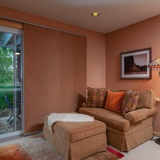 Foto di un soggiorno chic di medie dimensioni e chiuso con pareti arancioni, moquette, nessun camino e nessuna TV