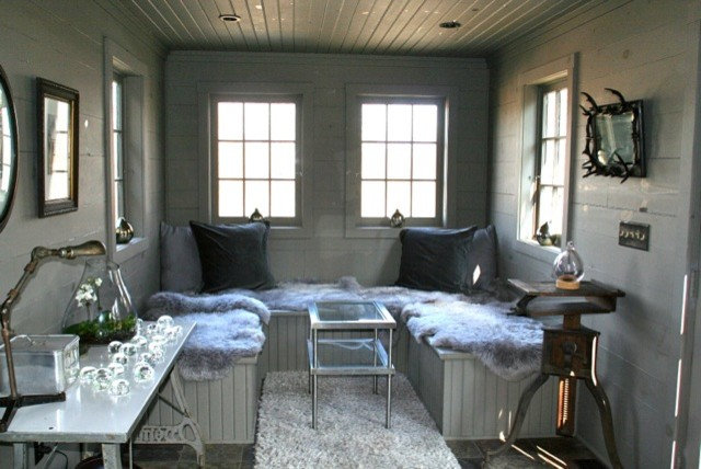 Industrial Living Room by ENJOY Co.