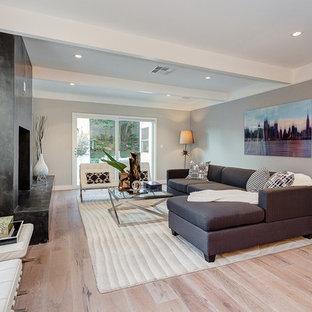 Diseño de salón para visitas abierto, minimalista, grande, sin televisor, con paredes blancas, suelo vinílico, chimenea tradicional y marco de chimenea de piedra