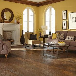 Ispirazione per un soggiorno chic di medie dimensioni e aperto con pareti gialle e pavimento in legno massello medio