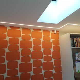 サリーの中サイズのミッドセンチュリースタイルのおしゃれなLDK (オレンジの壁、磁器タイルの床、暖炉なし、壁掛け型テレビ、グレーの床) の写真