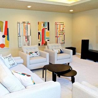 ポートランドの中サイズのコンテンポラリースタイルのおしゃれなLDK (ベージュの壁、カーペット敷き、暖炉なし、壁掛け型テレビ、ベージュの床) の写真