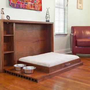 Diseño de salón para visitas abierto, minimalista, grande, sin chimenea y televisor, con paredes blancas, suelo de madera en tonos medios y suelo marrón