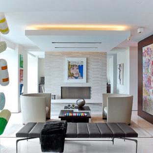 ニューヨークのコンテンポラリースタイルのおしゃれな独立型リビング (フォーマル、マルチカラーの壁、横長型暖炉、石材の暖炉まわり) の写真