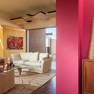 Esempio di un soggiorno contemporaneo di medie dimensioni e aperto con pareti gialle, pavimento in legno massello medio e sala formale