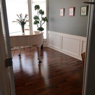 Diseño de salón con rincón musical cerrado, tradicional, pequeño, sin chimenea y televisor, con paredes multicolor, suelo de madera oscura y suelo marrón