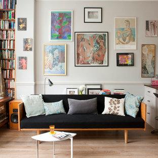 Foto de salón abierto, bohemio, con paredes beige y suelo de madera clara