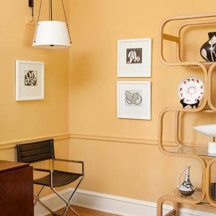 Idee per un soggiorno design di medie dimensioni e chiuso con sala formale, parquet chiaro, camino ad angolo, cornice del camino in legno, TV autoportante e pareti gialle