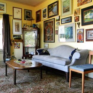 Klassisches Wohnzimmer mit gelber Wandfarbe in Portland