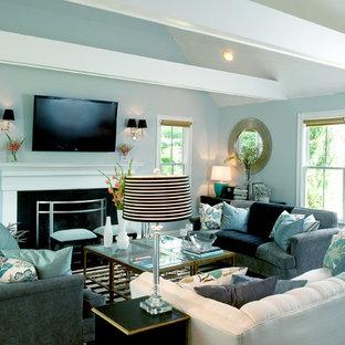 Idee per un soggiorno classico con pareti blu e TV a parete