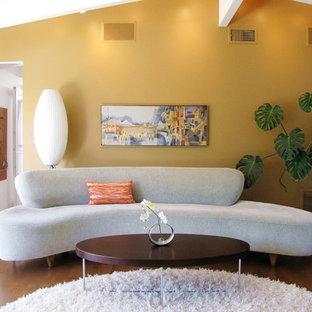 Foto de salón retro con paredes amarillas