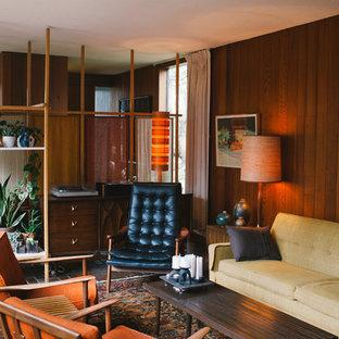 Diseño de salón para visitas cerrado, vintage, de tamaño medio, sin televisor, con paredes marrones, suelo de baldosas de terracota, chimenea tradicional y marco de chimenea de ladrillo