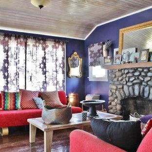 Diseño de salón ecléctico con paredes púrpuras