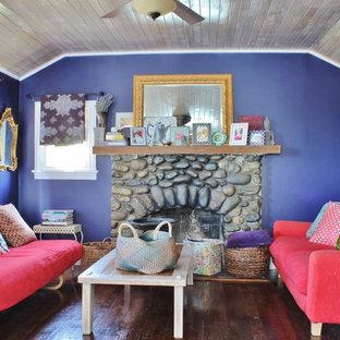 Idéer för att renovera ett eklektiskt vardagsrum, med lila väggar