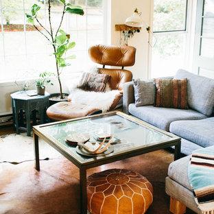 Diseño de salón cerrado, pequeño, con paredes blancas, suelo de madera en tonos medios, chimenea tradicional y marco de chimenea de ladrillo