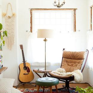 Eklektisk inredning av ett stort vardagsrum, med vita väggar, mellanmörkt trägolv och ett musikrum
