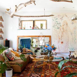 Ispirazione per un soggiorno eclettico con pareti bianche, pavimento in legno massello medio e nessuna TV