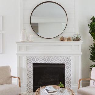 Offenes Maritimes Wohnzimmer mit weißer Wandfarbe, Kamin und gefliestem Kaminsims in Chicago