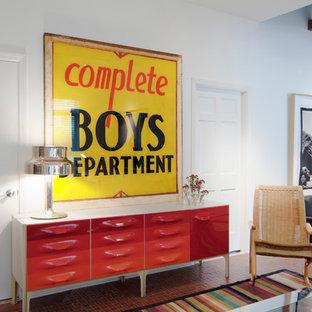 Стильный дизайн: изолированная гостиная комната среднего размера в современном стиле с библиотекой, белыми стенами, полом из терракотовой плитки и отдельно стоящим ТВ без камина - последний тренд
