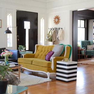 Inspiration för ett eklektiskt separat vardagsrum, med vita väggar och mellanmörkt trägolv